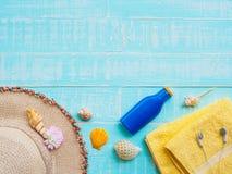 Vare los accesorios incluyendo la protección solar, playa del sombrero, cáscara, amarillo Imagenes de archivo