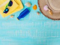 Vare los accesorios incluyendo la protección solar, playa del sombrero, cáscara, amarillo Imagen de archivo libre de regalías
