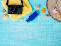 Vare los accesorios incluyendo la protección solar, playa del sombrero, cáscara, amarillo Fotografía de archivo libre de regalías