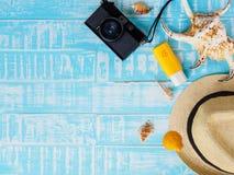 Vare los accesorios incluyendo la protección solar, la playa del sombrero, la cáscara y el retr Fotografía de archivo libre de regalías