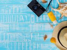 Vare los accesorios incluyendo la protección solar, la playa del sombrero, la cáscara y el retr Fotos de archivo