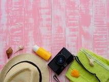 Vare los accesorios incluyendo la protección solar, la playa del sombrero, la cáscara y el retr Imagen de archivo