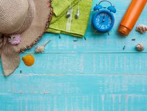 Vare los accesorios incluyendo la protección solar, la playa del sombrero, la cáscara y el retr Foto de archivo libre de regalías