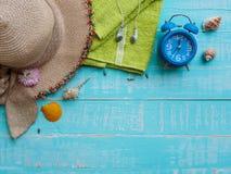 Vare los accesorios incluyendo la protección solar, la playa del sombrero, la cáscara y el retr Imagen de archivo libre de regalías