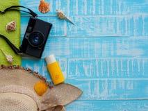 Vare los accesorios incluyendo la protección solar, la playa del sombrero, la cáscara y el retr Imágenes de archivo libres de regalías