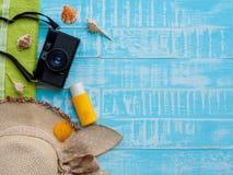 Vare los accesorios incluyendo la protección solar, la playa del sombrero, la cáscara y el retr Fotografía de archivo