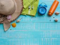 Vare los accesorios incluyendo la protección solar, la playa del sombrero, la cáscara y el retr Imagenes de archivo