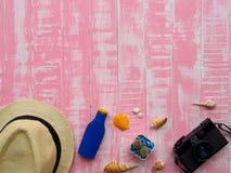 Vare los accesorios incluyendo la protección solar, la playa del sombrero, la cáscara y el retr Fotos de archivo libres de regalías