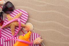Vare los accesorios para la playa que miente en la arena Fotos de archivo