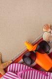 Vare los accesorios para la playa que miente en la arena Imagenes de archivo