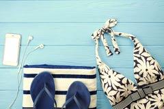 Vare los accesorios y el teléfono en fondo de madera azul Fotografía de archivo