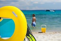 Vare los accesorios y la silla en jugar de la playa y del niño Foto de archivo