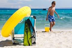 Vare los accesorios y la silla en jugar de la playa y del niño Fotografía de archivo libre de regalías