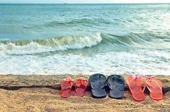 Vare los deslizadores en la arena contra el mar Fotos de archivo libres de regalías