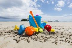 Vare los juguetes, juguetes de la arena en una playa en Tailandia imagen de archivo