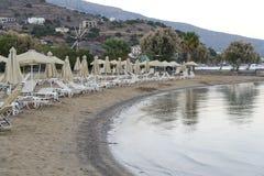 Vare los ociosos en el mar abandonado de la costa en la salida del sol Imagen de archivo libre de regalías
