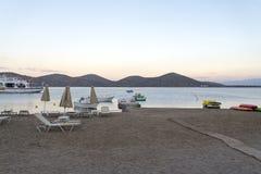 Vare los ociosos en el mar abandonado de la costa en la salida del sol Imagen de archivo