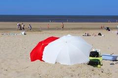 Vare los parasoles y a la gente en la playa, Países Bajos Fotografía de archivo libre de regalías