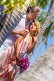 Vare los pares en verano romántico de las vacaciones de la luna de miel del viaje Fotografía de archivo