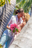 Vare los pares en verano romántico de las vacaciones de la luna de miel del viaje Foto de archivo libre de regalías
