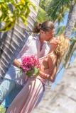 Vare los pares en verano romántico de las vacaciones de la luna de miel del viaje Fotos de archivo