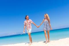 Vare los pares en verano romántico de las vacaciones de la luna de miel del viaje Fotografía de archivo libre de regalías