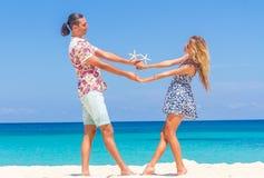 Vare los pares en verano romántico de las vacaciones de la luna de miel del viaje Imagen de archivo