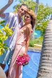 Vare los pares que caminan en verano romántico de las vacaciones de la luna de miel del viaje Fotografía de archivo libre de regalías