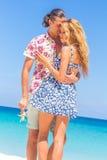 Vare los pares que caminan en verano romántico de las vacaciones de la luna de miel del viaje Imagen de archivo libre de regalías