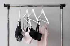 Vareity της ένωσης στηθοδέσμων σε μια κρεμάστρα Κλωστοϋφαντουργικό προϊόν, εσώρουχο Θηλυκός στηθόδεσμος lingerie στο κατάστημα εσ στοκ εικόνες