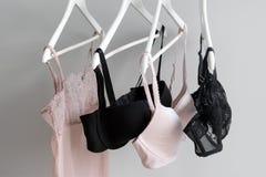 Vareity της ένωσης στηθοδέσμων σε μια κρεμάστρα Κλωστοϋφαντουργικό προϊόν, εσώρουχο Θηλυκός στηθόδεσμος lingerie στο κατάστημα εσ στοκ εικόνα