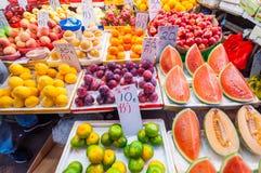 Vareity av frukter i Bowrington vägmarknad nära vid Times Square Arkivfoto