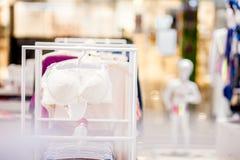 Vareity do sutiã que pendura na loja do roupa interior da roupa interior Anuncie, venda, conceito da forma imagem de stock royalty free