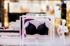 Vareity do sutiã que pendura na loja do roupa interior da roupa interior Anuncie, venda, conceito da forma fotos de stock royalty free