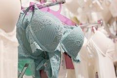 Vareity do suti? que pendura na loja do roupa interior da roupa interior Anuncie, venda, conceito da forma foto de stock royalty free