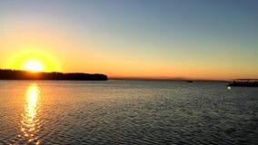 Varend bij zonsondergang in de lagune 'La Albufera ', in Valencia stock video