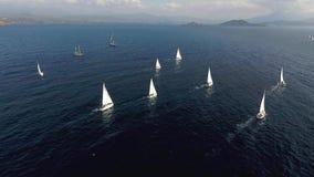 Varend bootjacht op overzees stock footage