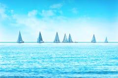 Varend de regattaras van het bootjacht op overzees of oceaanwater stock afbeeldingen