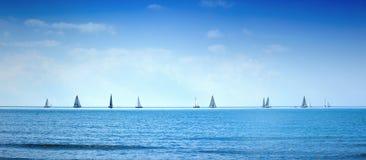 Varend de regattaras van het bootjacht op overzees of oceaanwater Stock Foto
