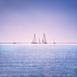 Varend de regattaras van het bootjacht op overzees of oceaanwater royalty-vrije stock afbeelding