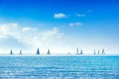 Varend de regattaras van het bootjacht op overzees of oceaanwater royalty-vrije stock foto's