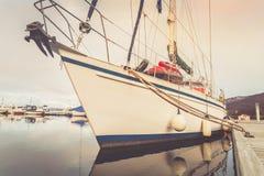 Varend die jacht aan het ponton in de jachthaven wordt vastgelegd stock afbeeldingen