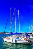 Varend die jacht in de haven van Volos, Griekenland wordt vastgelegd royalty-vrije stock afbeeldingen