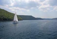 Varend in het overzees, Zeilen in Kroatië, jacht in het overzees, die in het overzees varen Stock Foto's