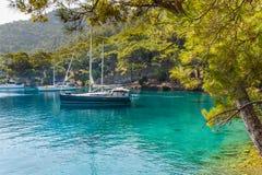 Varend jacht bij kalme baai Royalty-vrije Stock Foto