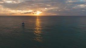 Varend jacht bij zonsondergang