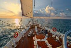 Varend jacht bij zonsondergang yachting sailing Zeilboot Stock Foto