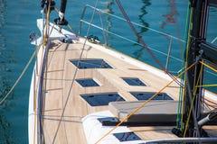 Varend jacht die in het overzees varen royalty-vrije stock afbeelding