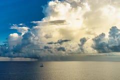 Varend jacht in een stormachtig weer en een reusachtige wolk stock foto's