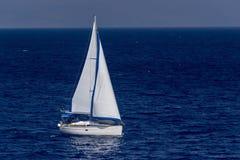 Varend jacht in het overzees Stock Foto's